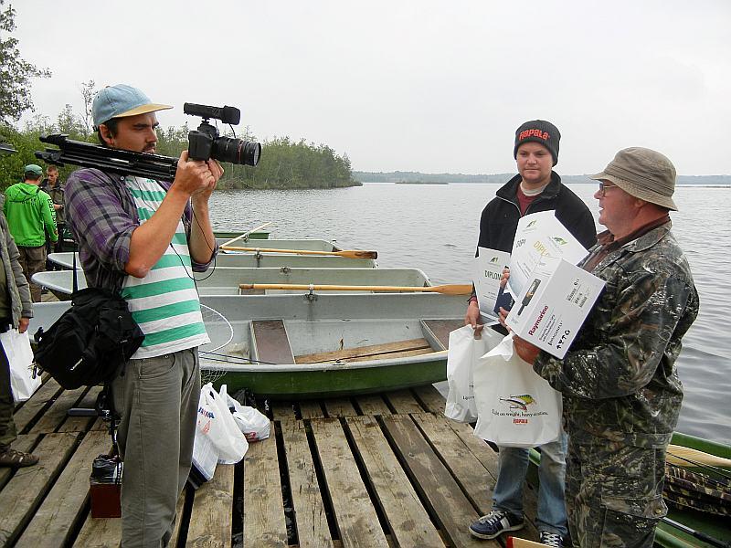 """Uzvarētāji Romalds Ribuzuls (no labās) un Mārtiņš Reks (komanda """"Emīlija–Talsi"""") pozē kamerai. 2014. gads."""