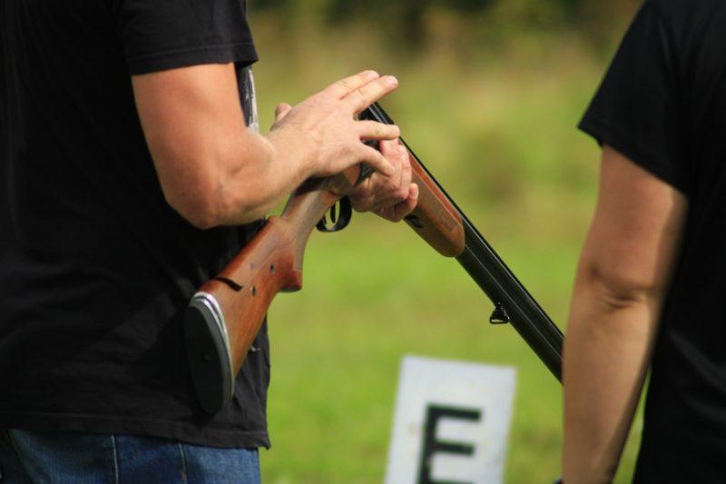 Vispirms personai jādodas uz kādu no mednieku skolām, jāapgūst attiecīgā programma un jāiemācās rīkoties ar šaujamieroci.