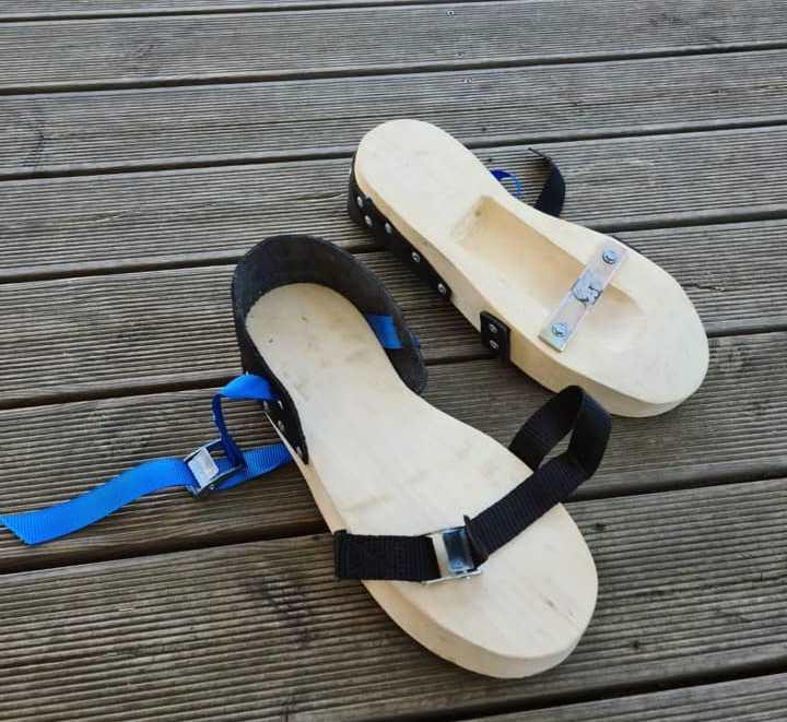 Dzīvnieka kāja iestiprināta zolē ar nagu uz leju. Šādi apavi ļauj veidot sarežģītākas treniņu asinspēdas.