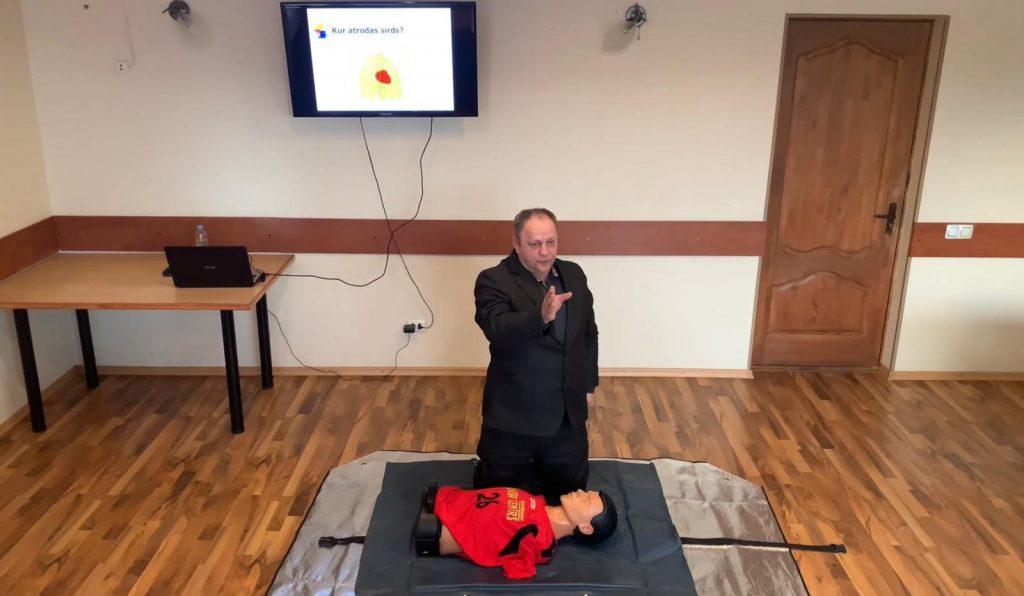 Andris Bišofs pirmās palīdzības kursu praktiskās nodarbības laikā.