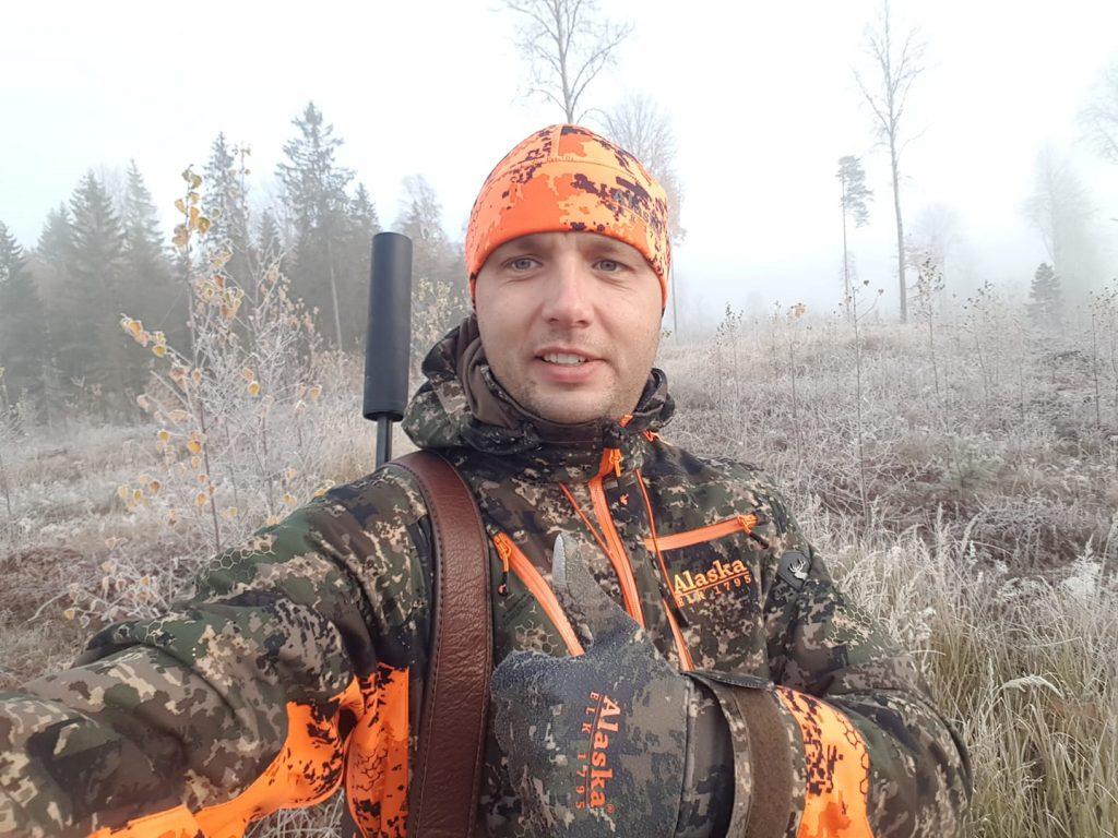 Jānis Misiņš izvēlas Alaska zīmola medību apģērbu.